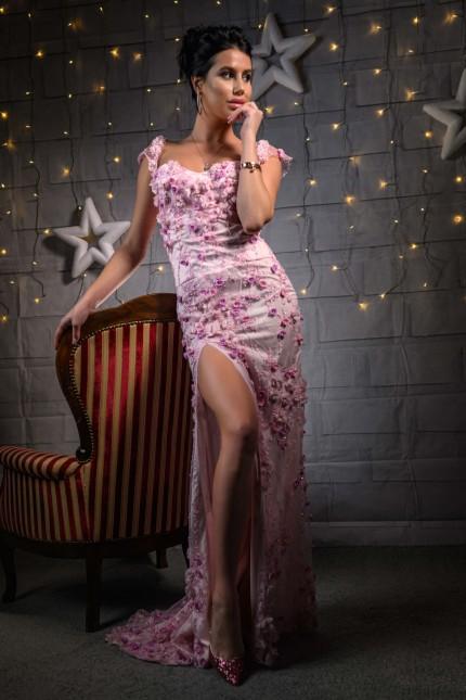 Пленителна дантелена бална рокля тип русална в розово със съблазнителна цепка (RO99223)