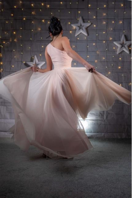 Ефирна тюлена бална рокля с едно рамо в цвят праскова (RO99220)