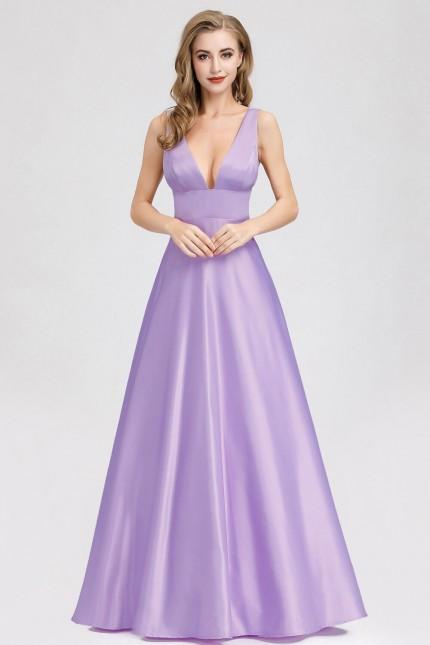 Дълга официална сатенена рокля с дълбоко деколте в цвят лавандула (RO99256)
