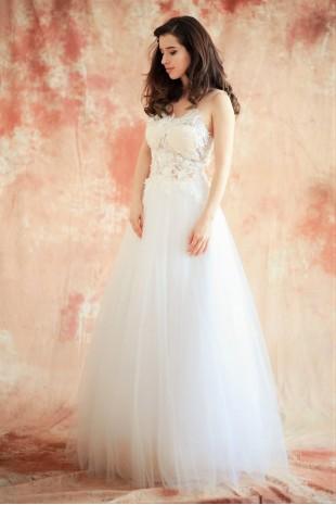 Пленителна сватбена рокля с уникална дантела и брокатен тюл (RO99139)