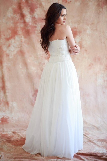 Красива сватбена рокля тип бюстие с красиви дантелени апликации (RO99225)
